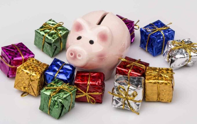 How to Freeze Your Spending Now to Save for the Holidays