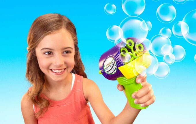 kids-outside-toys-bubbles