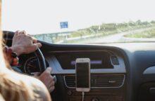 Una mujer conduce su coche.