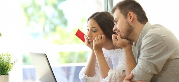 couple at laptop trying to figure out how to dispute credit report error
